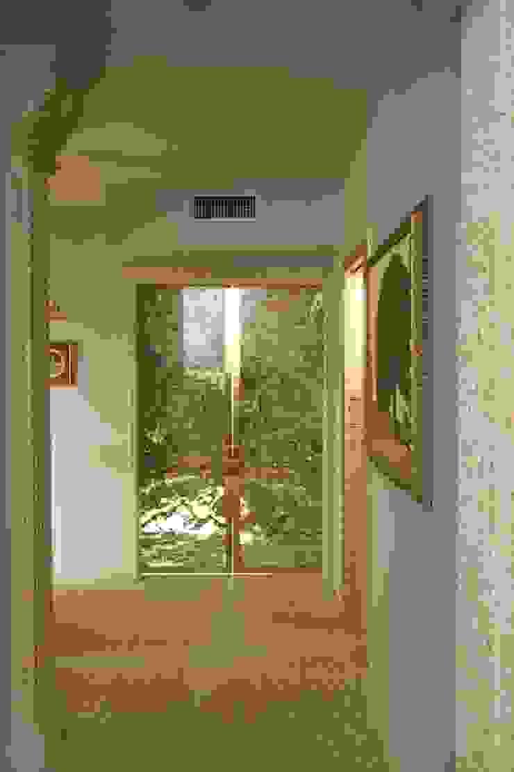 Дверь из оникса в холле Коридор, прихожая и лестница в средиземноморском стиле от Галерея Фрейман Средиземноморский