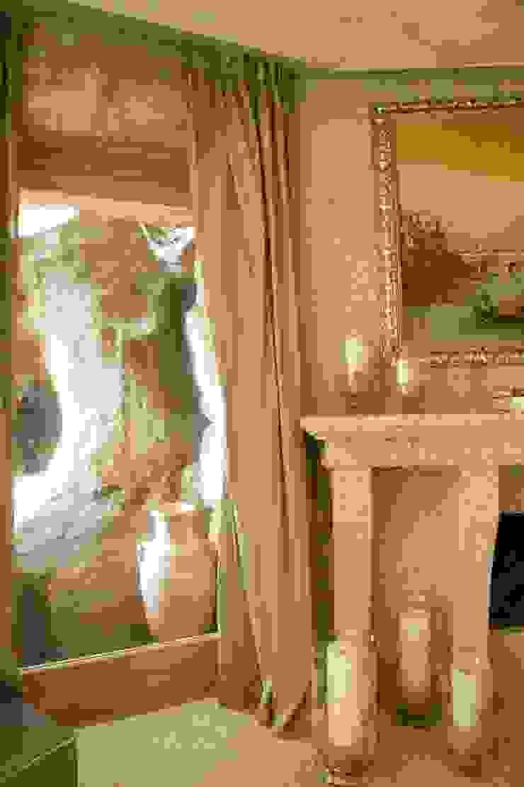Фрагмент спальни с горной породой, в которую встроена вилла Спальня в средиземноморском стиле от Галерея Фрейман Средиземноморский
