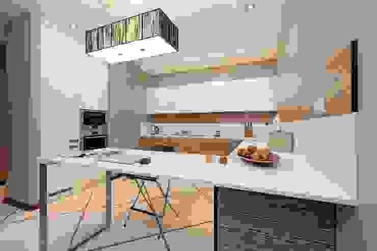 Вид на кухню Кухня в стиле минимализм от INTERIOR PROJECT studio Минимализм