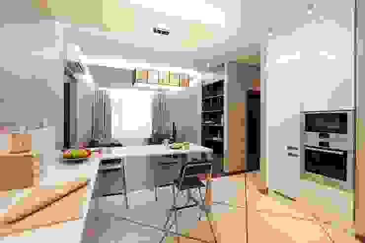 Вид на гостиную из кухни-столовой Кухня в стиле минимализм от INTERIOR PROJECT studio Минимализм