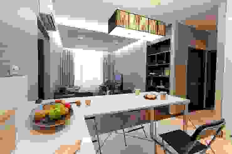 Вид на гостиную INTERIOR PROJECT studio Столовая комната в стиле минимализм