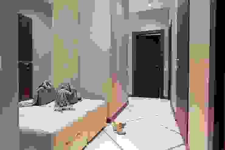 Простор и чистота. Квартира для молодой семьи с ребёнком. Коридор, прихожая и лестница в стиле минимализм от INTERIOR PROJECT studio Минимализм