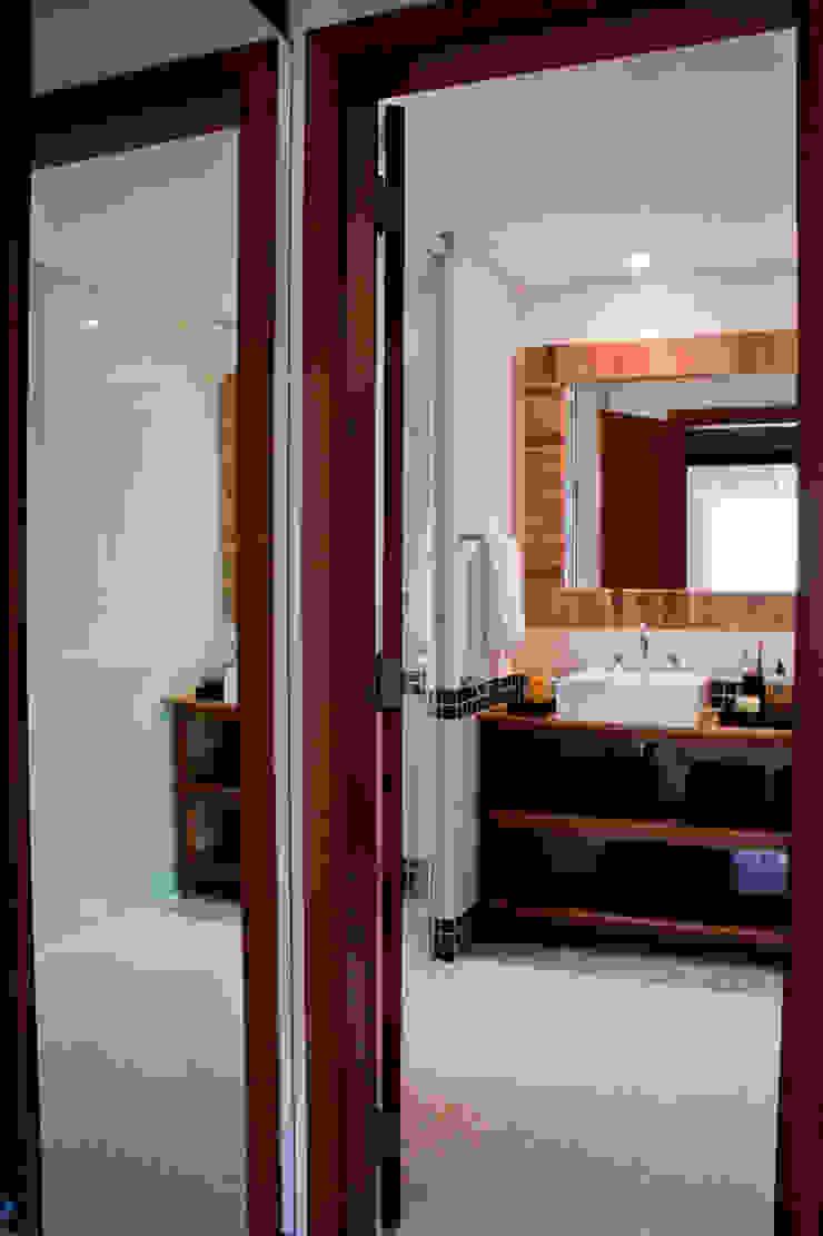 Residência Cond. Porto e Veleiros Ibiúna/SP Banheiros rústicos por Renata Romeiro Interiores Rústico