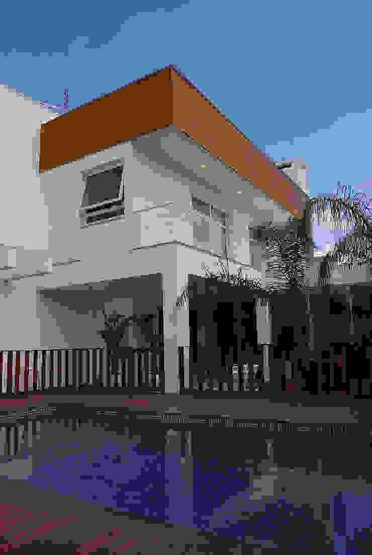 Fachada fundos Casas modernas por ARQUITETURA - Camila Fleck Moderno