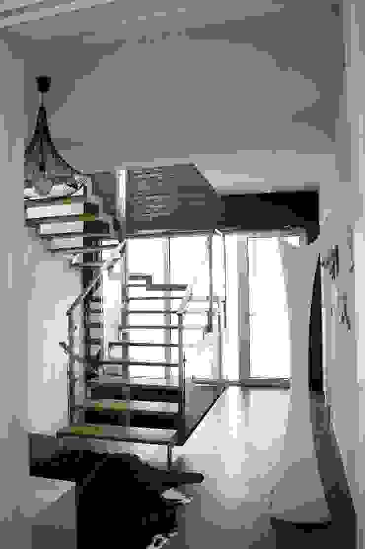 холл Коридор, прихожая и лестница в стиле минимализм от VNUTRI Минимализм