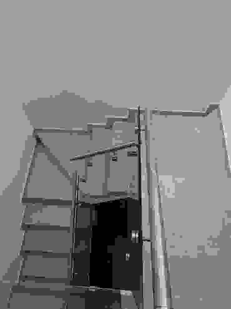 Casa Ped Pasillos, vestíbulos y escaleras modernos de CONSTRUCTORA ARQOCE Moderno