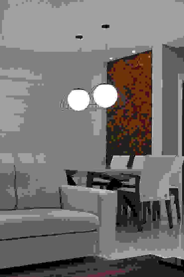 Casa de praia no litoral paulista prima pelo conforto e elegância Salas de jantar modernas por Guido Iluminação e Design Moderno