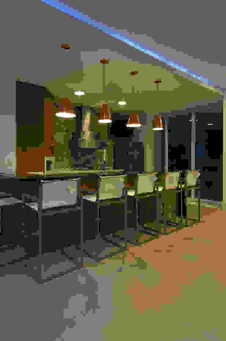 Casa de praia no litoral paulista prima pelo conforto e elegância Cozinhas modernas por Guido Iluminação e Design Moderno