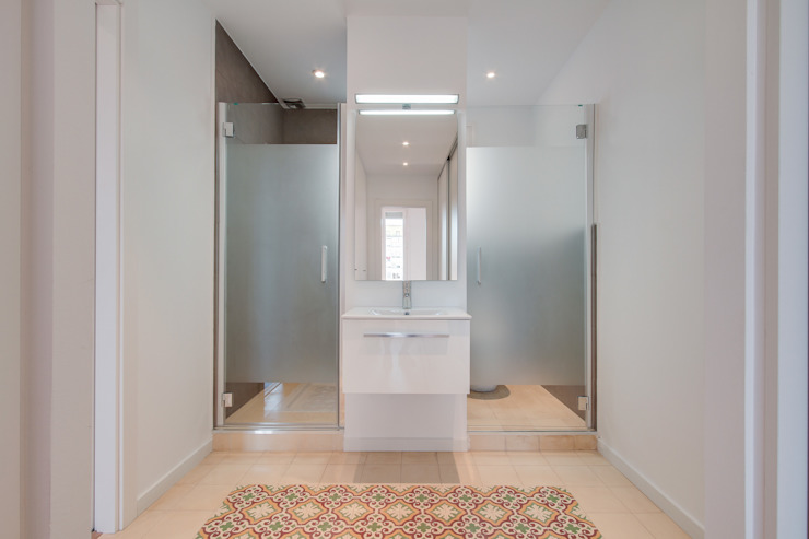 Minimalist style bathroom by ELIX Minimalist