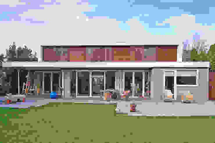 De verbouwde villa vanaf de tuinzijde van Architéma Architectuurstudio