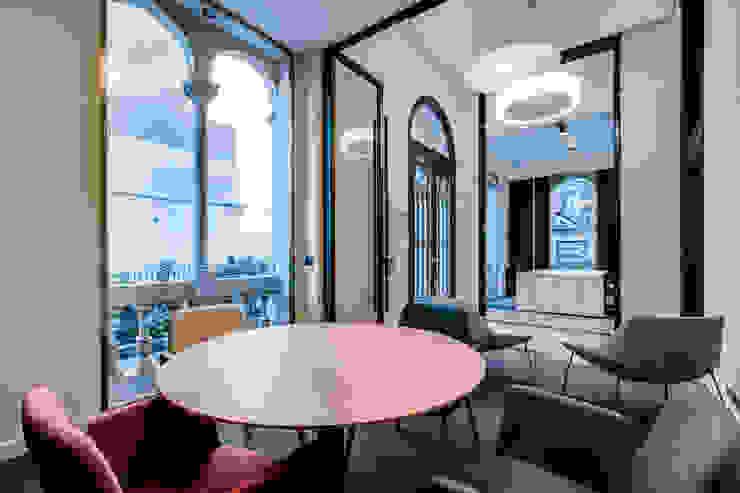 Sala de reuniones oficina ELIX Estudios y despachos de estilo minimalista de ELIX Minimalista