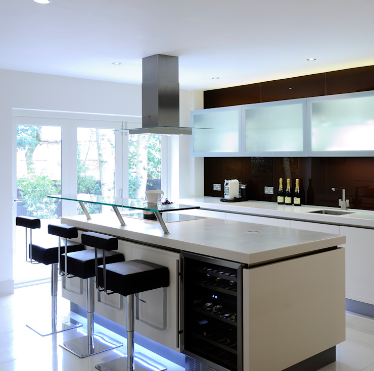 Urban Style Magnolia handle-less kitchen with brown glass Modern kitchen by Urban Myth Modern