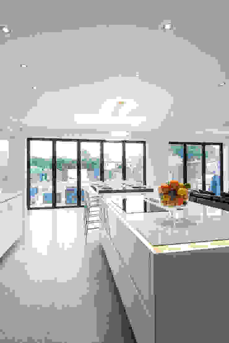 Urban Style Kitchen - White handle-less kitchen with satin black glass units Cozinhas modernas por Urban Myth Moderno