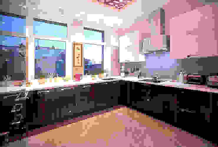 Двухуровневая квартира Кухня в стиле модерн от Александр Михайлик Модерн