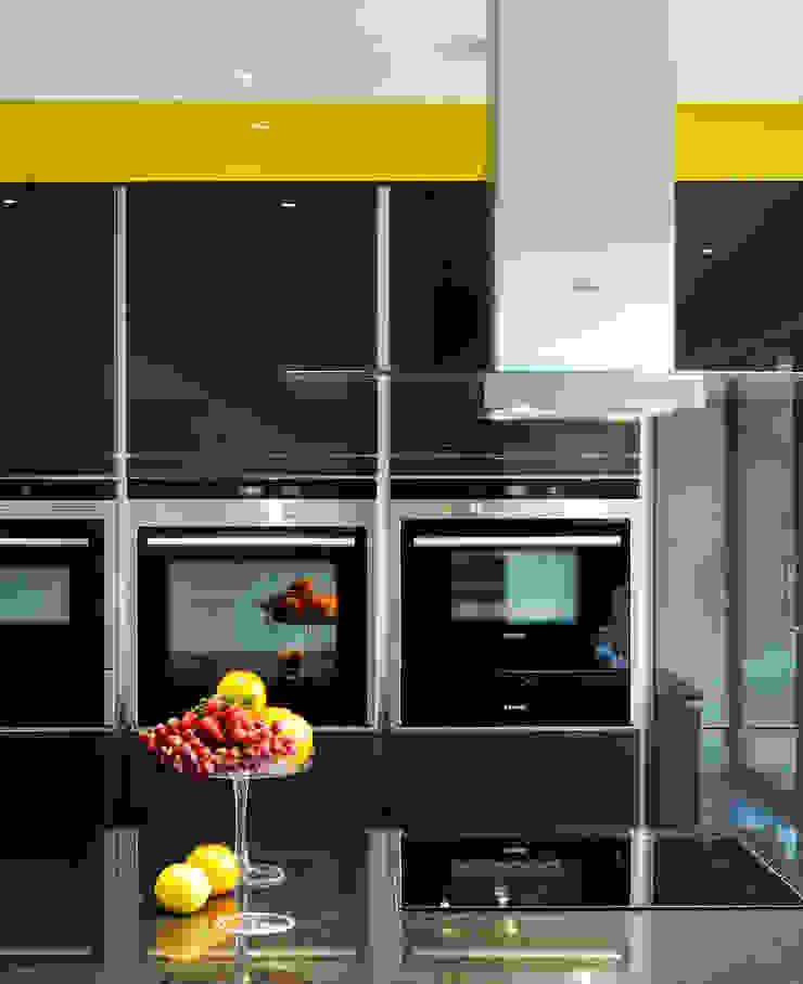 A modern kitchen in rural location Modern kitchen by Urban Myth Modern