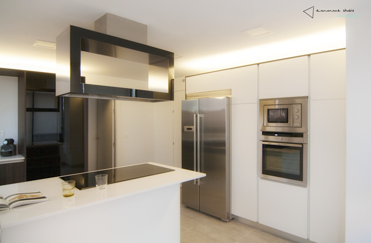 Columna electrodomésticos Cocinas de estilo moderno de emmme studio Moderno