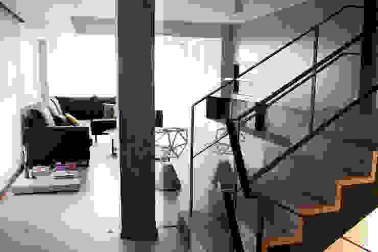 estudio RILAIN モダンスタイルの 玄関&廊下&階段