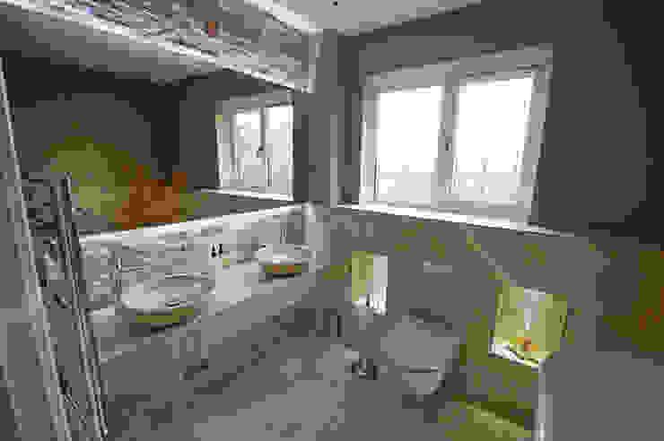 Taylors Etc Client Bathrooms Banheiros modernos por Taylors Etc Moderno