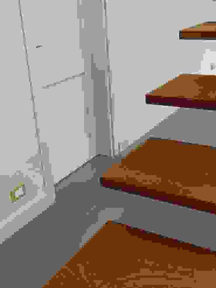 Scala moderna in legno tropicale e acciaio Aroma Italiano Eco Design Ingresso, Corridoio & ScaleScale Legno Beige