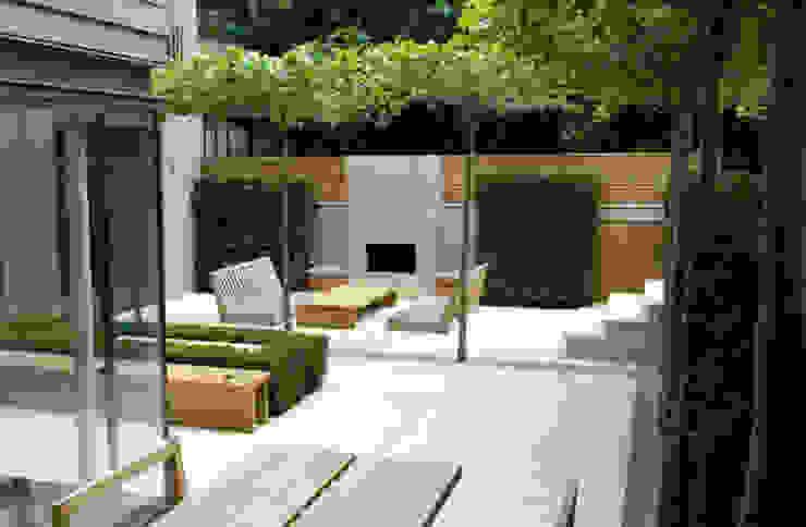 Plenty of space for socialising Classic style balcony, veranda & terrace by PAD ARCHITECTS Classic