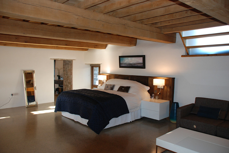 Maer Barn, Bude, Cornwall Moderne slaapkamers van The Bazeley Partnership Modern
