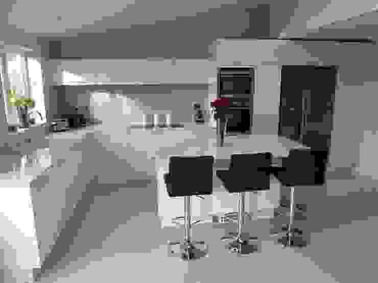 High gloss white with Silestone Blanco Norte worktops Cocinas de estilo moderno de Zara Kitchen Design Moderno