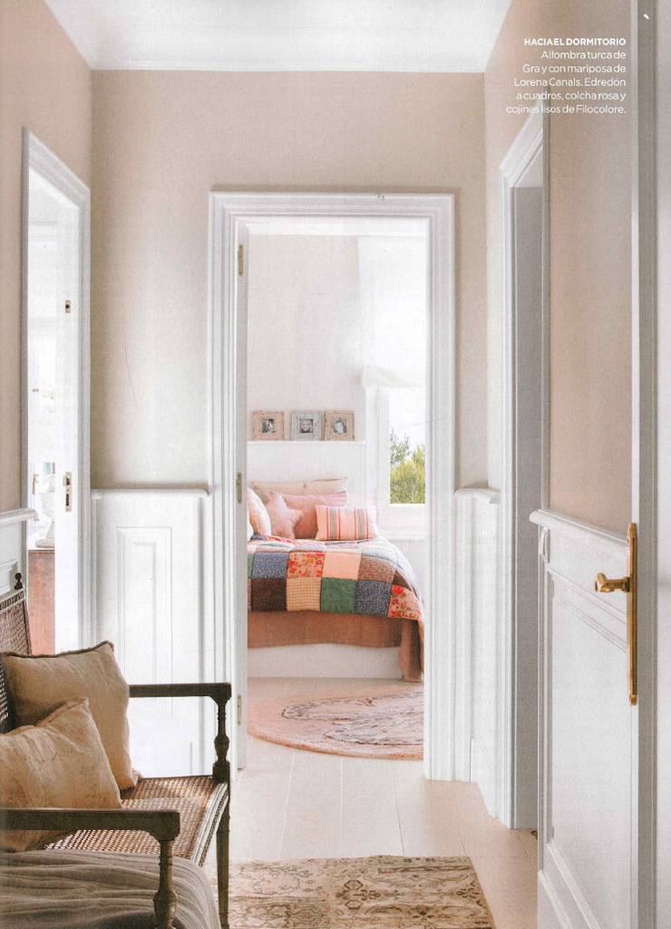 Vivienda unifamiliar en Barcelona Pasillos, vestíbulos y escaleras de estilo clásico de Coton et Bois Clásico