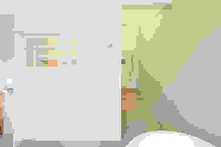 Naadloze badkamer Industriële badkamers van homify Industrieel