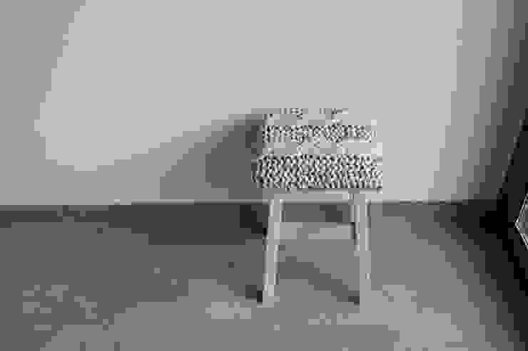 Stołek z siedziskiem z jasnoszarego sznurka. od Manufaktura pracownia artystyczna Rustykalny