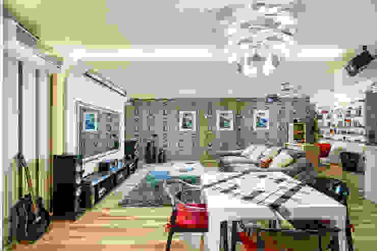 Проект 3х комнатной квартиры-студии 95 м² Гостиные в эклектичном стиле от SAZONOVA group Эклектичный