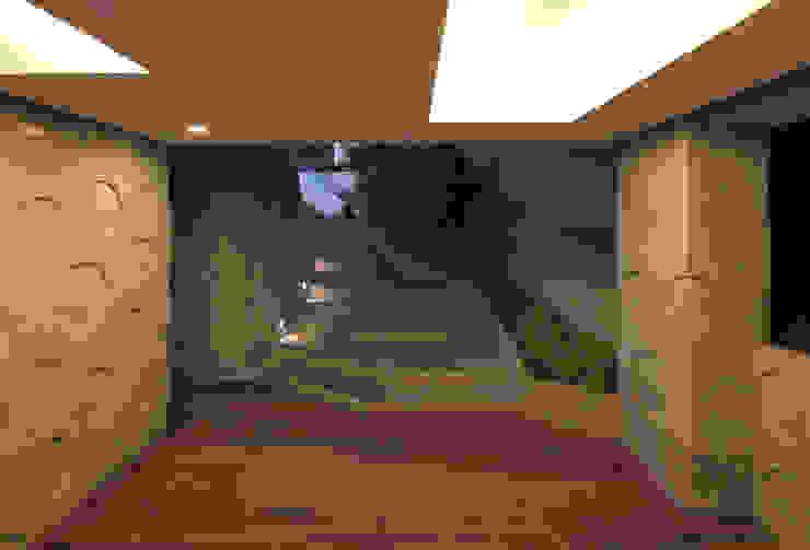 現代風玄關、走廊與階梯 根據 IROJE KIMHYOMAN 現代風