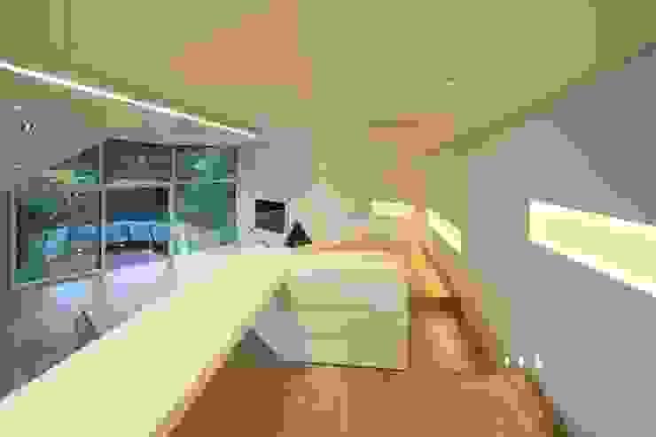现代客厅設計點子、靈感 & 圖片 根據 IROJE KIMHYOMAN 現代風