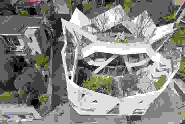 HWA HUN - 자연이 점거한 작은성 모던스타일 주택 by IROJE KIMHYOMAN 모던