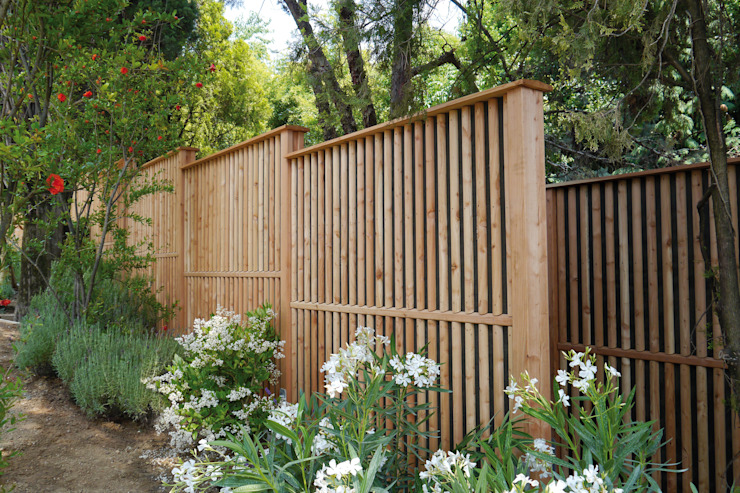 Giardino moderno di Braun & Würfele - Holz im Garten Moderno Legno Effetto legno