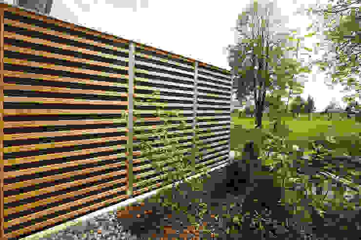 Braun & Würfele - Holz im Garten Modern style balcony, porch & terrace Wood