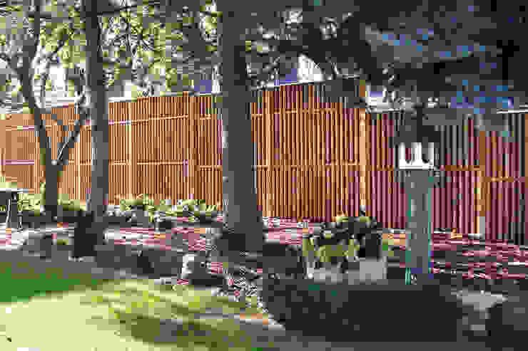 Moderne tuinen van Braun & Würfele - Holz im Garten Modern Hout Hout