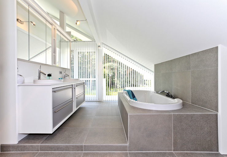 Modern bathroom by DAVINCI HAUS GmbH & Co. KG Modern