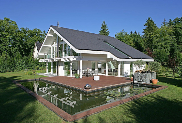 A dream come true: the perfect house for a waterlily pond – swimming pool! Modern houses by DAVINCI HAUS GmbH & Co. KG Modern
