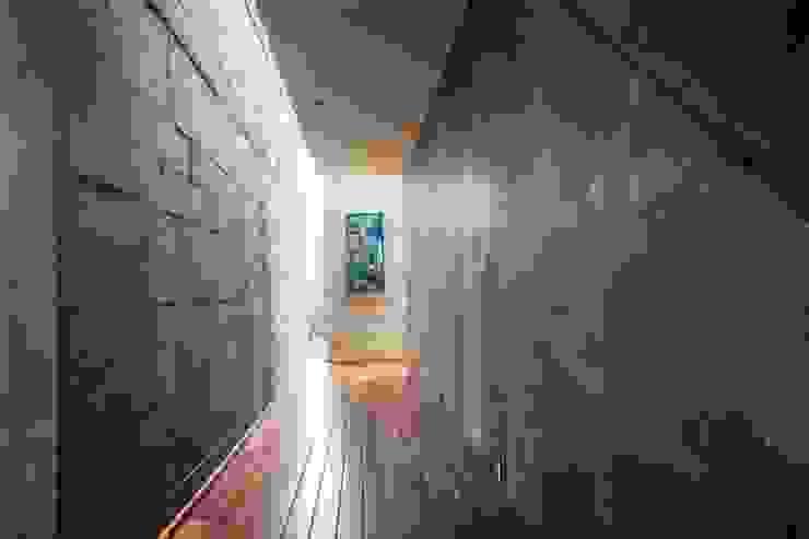 Pasillo Pasillos, vestíbulos y escaleras de estilo moderno de GRUPO VOLTA Moderno