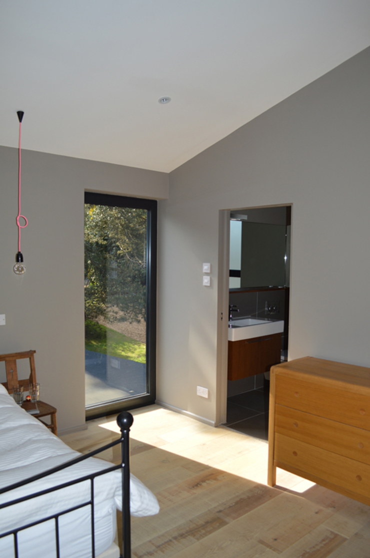 Full height Glazing in the Master Bedroom Suite Modern style bedroom by ArchitectureLIVE Modern