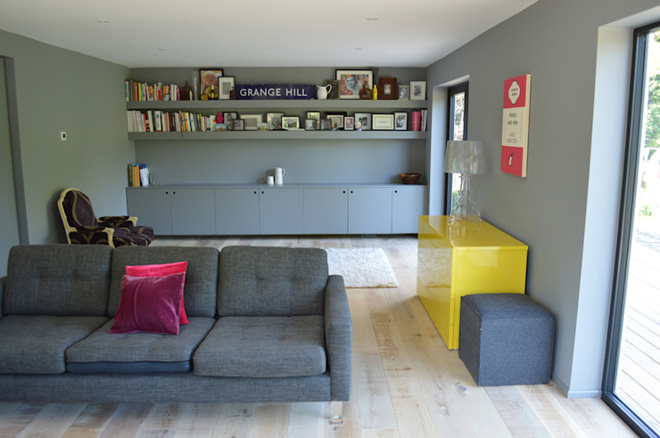 The Living Room features Built-In Storage and Shelving Moderne woonkamers van ArchitectureLIVE Modern