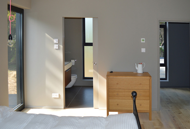 Master Bedroom with Ensuite Bathroom Modern style bedroom by ArchitectureLIVE Modern