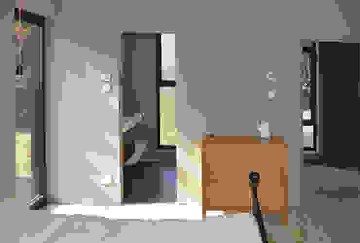 Master Bedroom with Ensuite Bathroom Modern Yatak Odası ArchitectureLIVE Modern