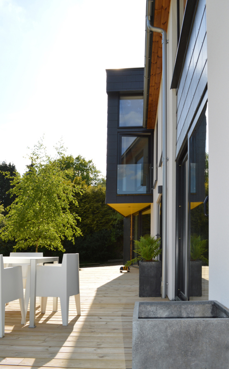 Cantilevered First Floor Extension & Terrace Modern houses by ArchitectureLIVE Modern