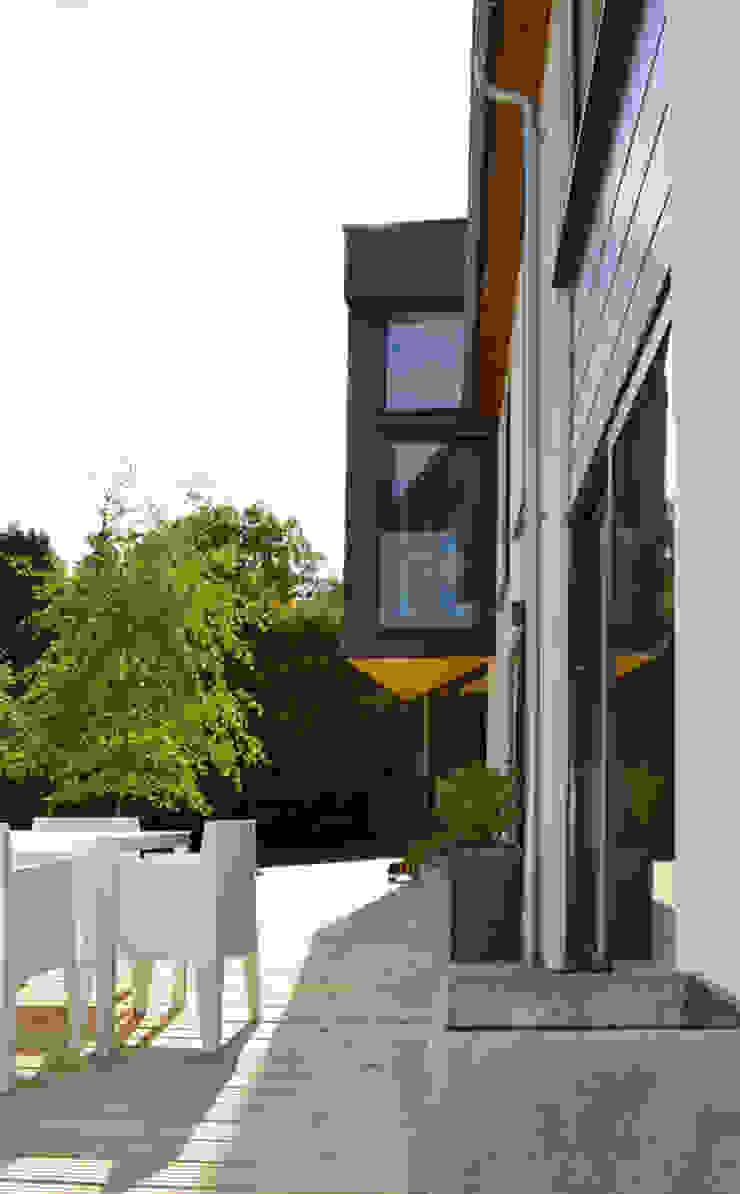 Cantilevered First Floor Extension & Terrace Modern Evler ArchitectureLIVE Modern