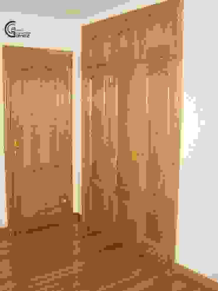 Armarios de roble, puerta y parquet de madera maciza de roble Paredes y suelos de estilo clásico de Almacén de Carpintería Gómez Clásico