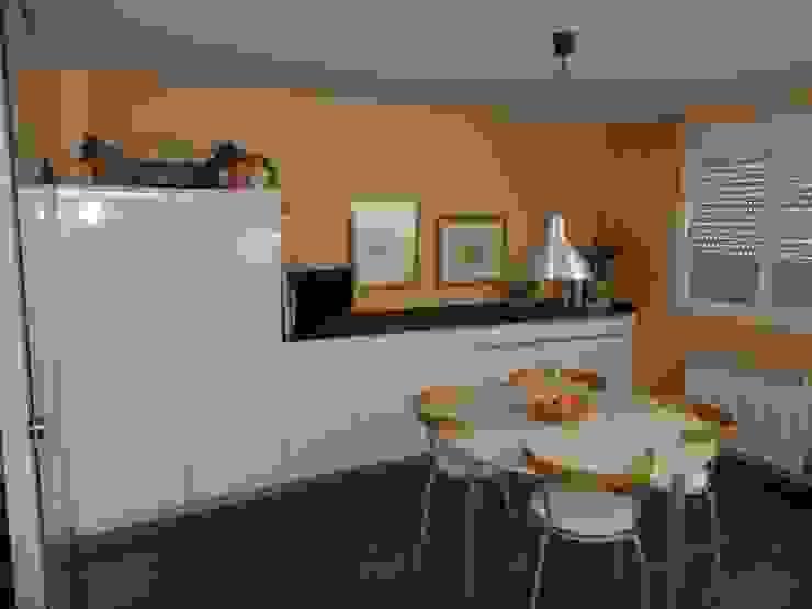 Cocina blanca con uñero y encimera kadum de 12mm Cocinas de estilo moderno de lledo Moderno