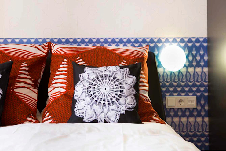 The lace room pillow and wall covering Hotel moderni di Studio Petra Vonk Moderno