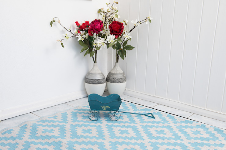 INDOOR/OUTDOOR, PLASTIC NIRVANA AQUA SKY AND WHITE RUG: modern  by Green Decore, Modern Plastic