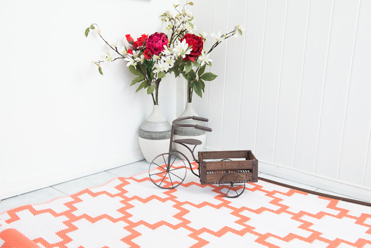 INDOOR/OUTDOOR, PLASTIC SOLITUDE CORAL AND WHITE RUG : modern  by Green Decore, Modern Plastic